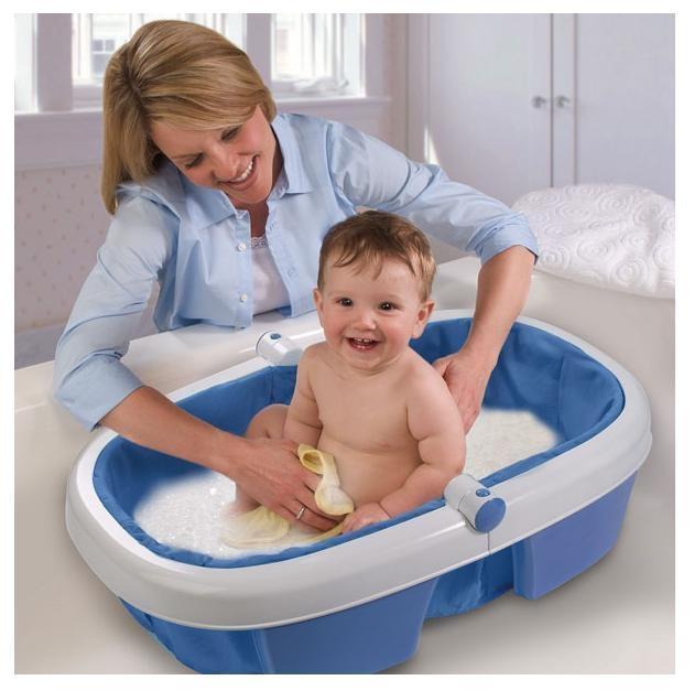 maman lave son bébé