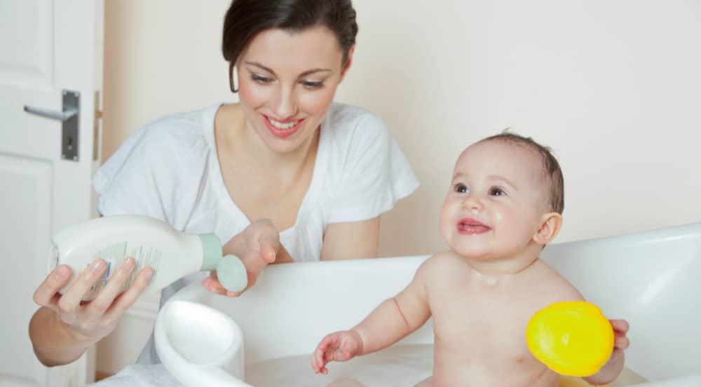 maman lave bébé