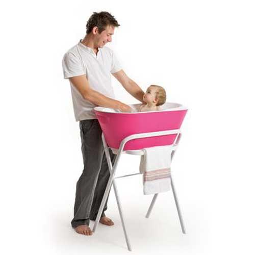 papa donner le bain au bébé